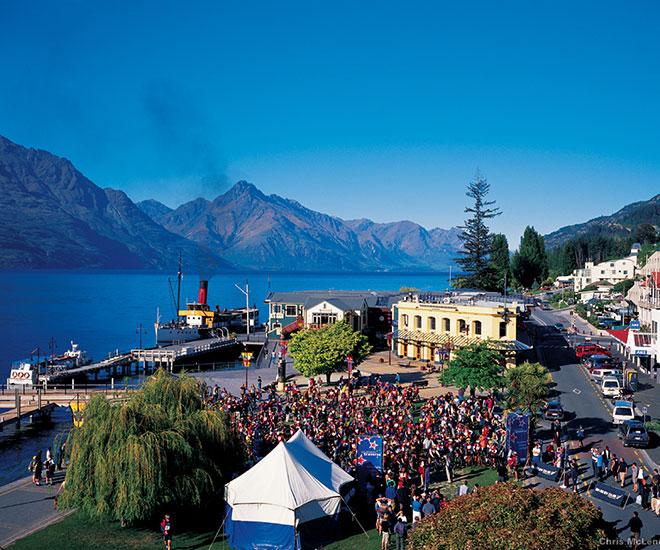 I väntan på nästa tur ut på den vackra sjön, Lake Wakatipu, ligger det gamla ångfartyget TSS Earnslaw förtöjt i Queenstowns hamn.