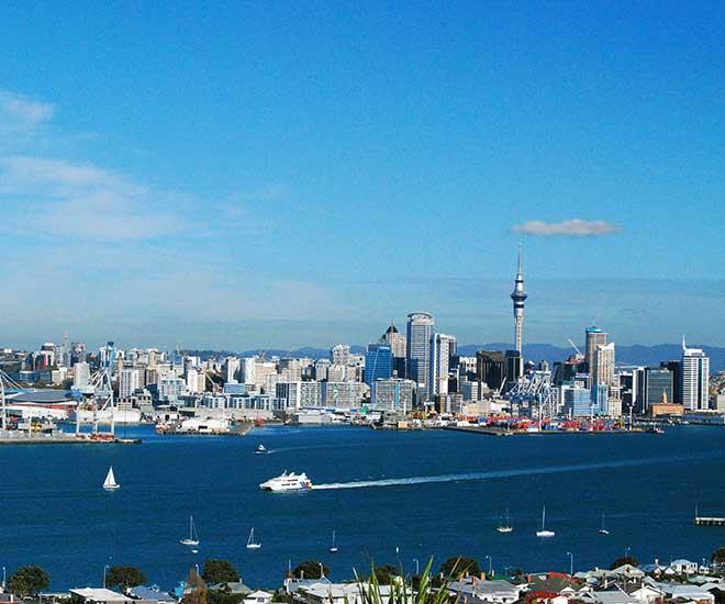 Panoramavy över Auckland och Sky Tower från mysiga Devonport.