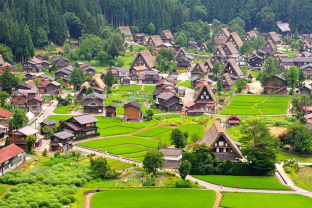 Byn Shirakawa-go, upptagen på UNESCOs världsarvslista.