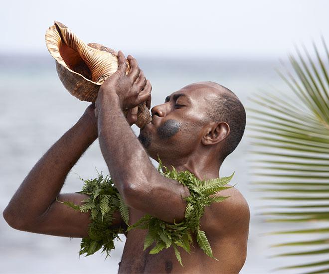 Snäckblåsare på Fiji.         copyright  Tourism Fiji