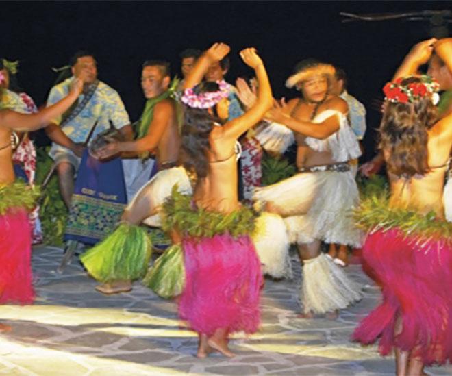 Härligt sväng i höfterna när vi går på Island Night Show på Pacific Resort på Cooköarna.