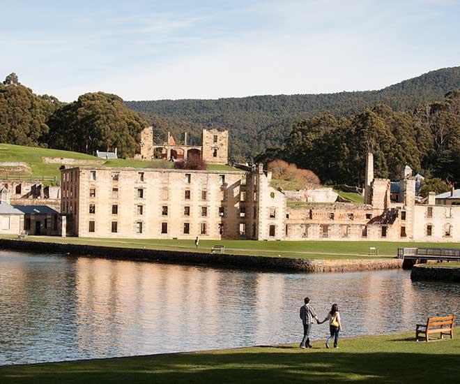 På den f d fångkolonin Port Arthur på Tasmanien får vi höra spännande historier.