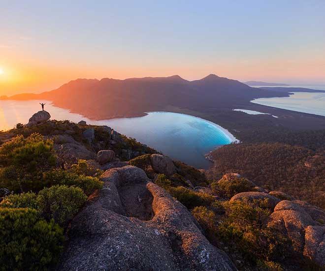 På rundresan besöker vi Wineglas Bay på Tasmanien, Australiens största ö.