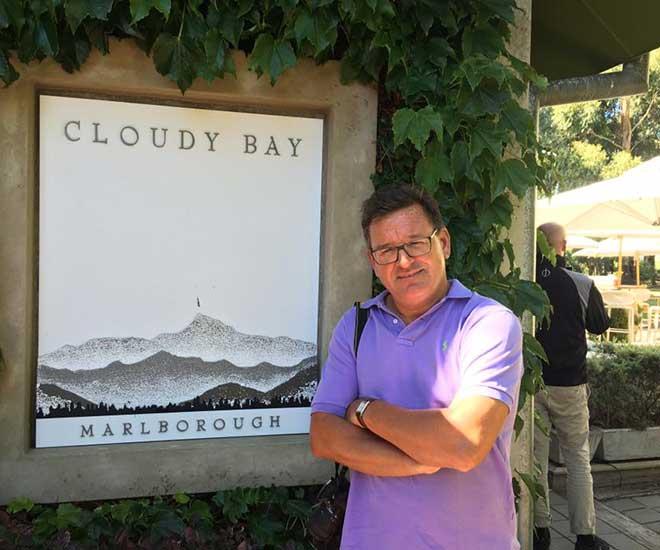 Håkan Nilsson, vinexpert och färdledare på denna rundresa, utanför vingården Cloudy Bay på Nya Zeeland.