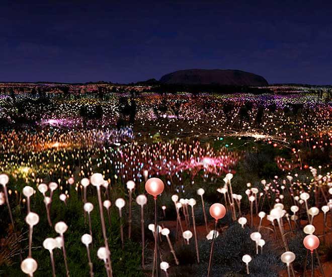 """Ljusinstallationen """"Field of Light"""" på tillfälligt besök vid Ayers Rock eller Uluru som aboriginerna kallar klippan."""