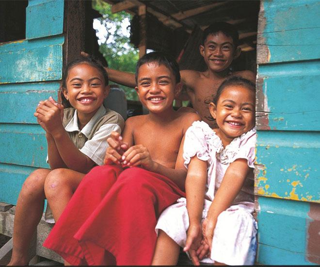 Härliga ungar med breda leenden på Samoa